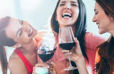 Estudio desmiente teoría de que ingerir licor de forma moderada ayuda a la salud