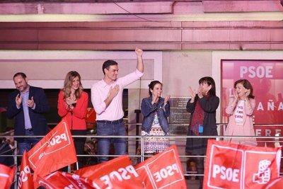Pedro Sánchez gana elecciones en España pero necesitará pactos para gobernar