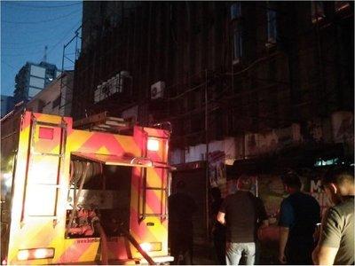 Controlan incendio en galería de Ciudad del Este
