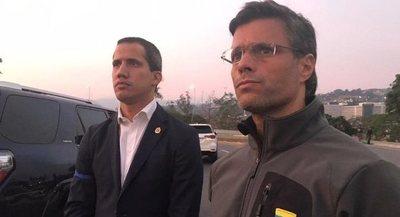 """Guaidó libera de su arresto a Leopoldo López y convoca a los militares y al pueblo a tomar """"las calles de Venezuela"""""""