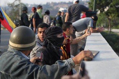 Venezolanos cortan calles en apoyo a Guaidó