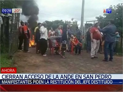 Manifestantes bloquean salida de vehículos de la ANDE en San Pedro