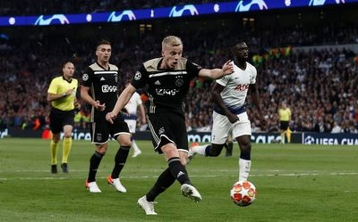 Ajax se va con ventaja de Londres