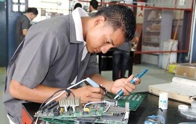 HOY / Jóvenes: 6 de cada 10 buscan  ser oficinistas, mientras empleo y plata están en mandos medios