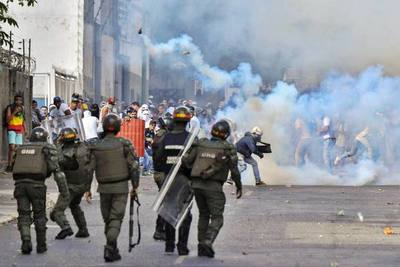 Fuerzas chavistas lanzaron bombas lacrimógenas contra los manifestantes en Caracas
