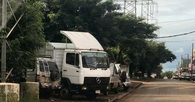 Hasta camiones estacionan sobre paseo central del barrio La Blanca