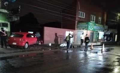 VIDEO| Auto arrolla y mata a mujer que iba por la vereda