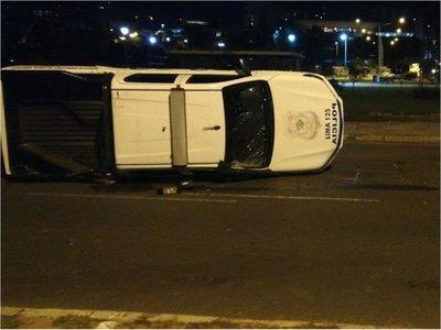 Vuelca camioneta de la FOPE en la Costanera de Asunción