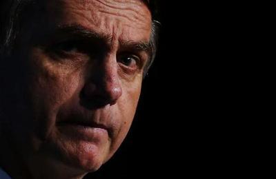 Bolsonaro mostró la cicatriz que le dejó la puñalada que recibió durante la campaña