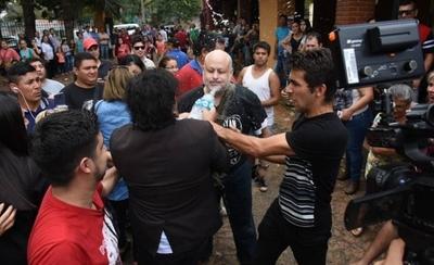 HOY / Esta vez Payo quedó empapado: fue a votar y Kelembu le recibió arrojándole agua