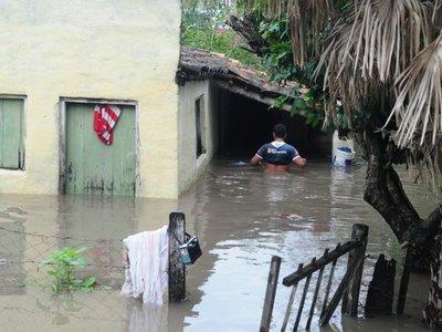 Temporal desborda arroyos e inunda barrios de Pilar