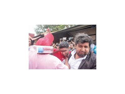 Kelembu derramó agua a Payo Cubas y fue cintareado
