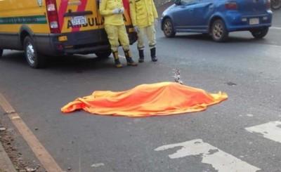 Muere al ser arrollada por una moto y un automóvil