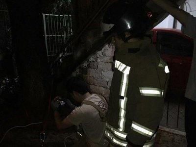 Así rescataron los bomberos a un asustado perrito que cayó a un pozo