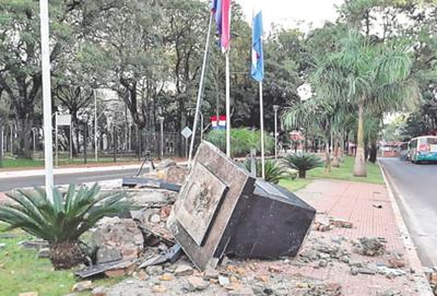 Piden restitución de monumento