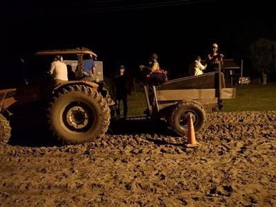 Trasladan de emergencia a adulto mayor en tractor desde el Chaco