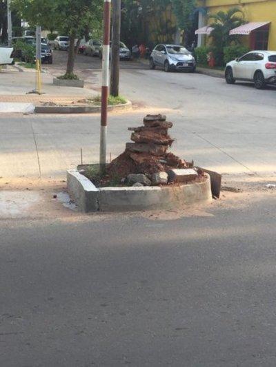 Empresa apila sus escombros en paseo central