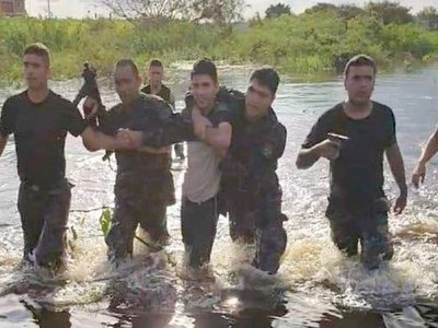 Grupo Lince ingresa en aguas del río Paraguay y captura a delincuente