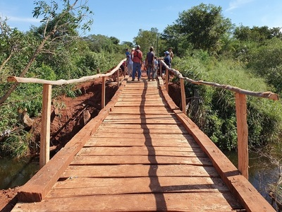 Ante desidia de autoridades, lugareños reparan puente