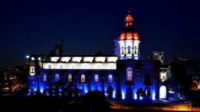 Iglesia de la Encarnación ilumina el microcentro con los colores patrios