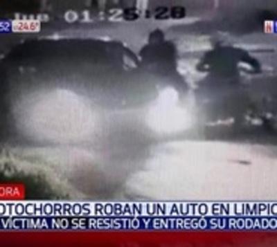 Motochorros ahora roban automóviles en movimiento