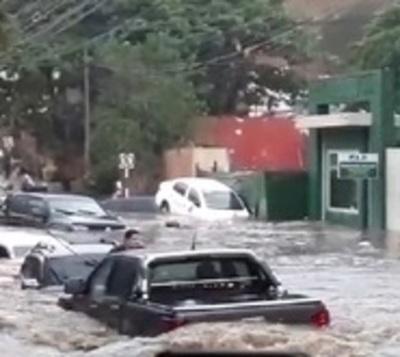 Raudal arrasa con vehículos y deja personas atrapadas en Villa Morra
