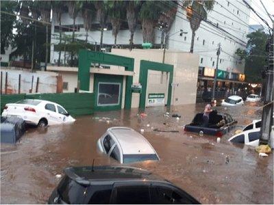 Personas atrapadas en vehículos tras intenso raudal en Asunción