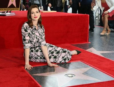 Anne Hathaway celebra su estrella en el Paseo de la fama de Hollywood