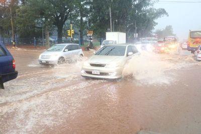 Se desmorona puente y cierran acceso a Costanera Norte