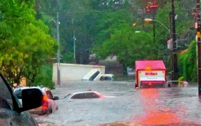 Calles inundadas tras  temporal en Asunción