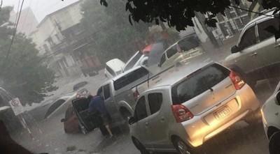 Varios vehículos arrastrados por las aguas en Asunción