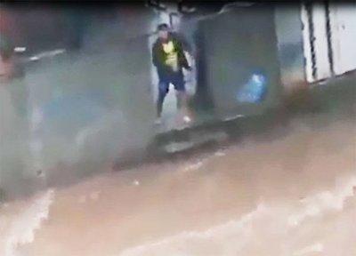 Captan a un hombre tirando basura al raudal