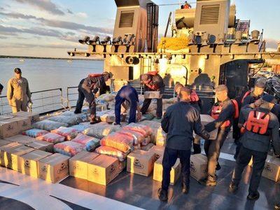 Buque de la Armada asiste a localidades del sur de Ñeembucú con víveres