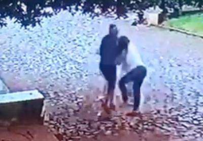 Solitario delincuente despoja de su cartera a una mujer en asalto