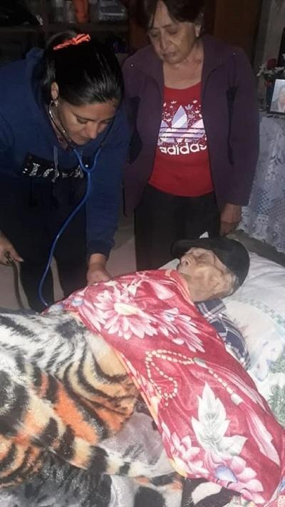 Asisten a excombatiente de 103 años en su comunidad