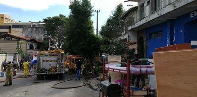 Bomberos controlan incendio en carpintería