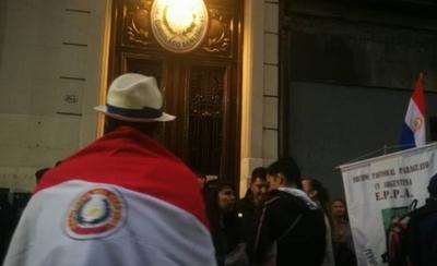HOY / Revuelta de paraguayos en Buenos Aires contra cónsul por cobro de US$ 20 por trámites