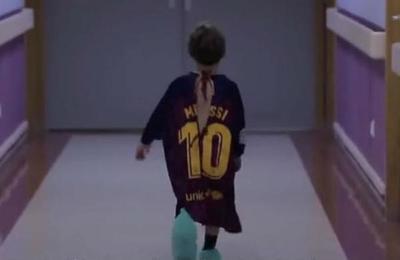 Campaña convierte camisetas de fútbol en batas de hospital para niños