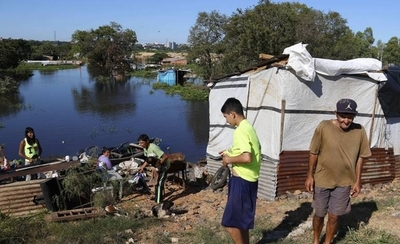 HOY / Afectados por inundaciones sufren males respiratorios y cutáneos