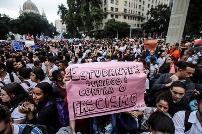 """Jair Bolsonaro tildó de """"idiotas útiles"""" a multitudes que marcharon por educación"""