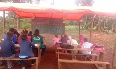 Alumnos que dan clases bajo carpas urgen respuestas del MEC