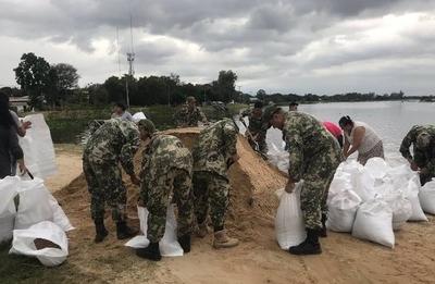HOY / Pilar en situación de desastre, muro filtra y pobladores contienen con bolsas de arena