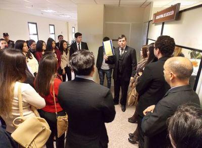 Estudiantes universitarios visitaron sede judicial de Cordillera