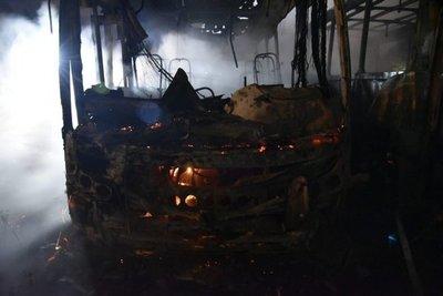 En San Lorenzo arden buses de la línea 55