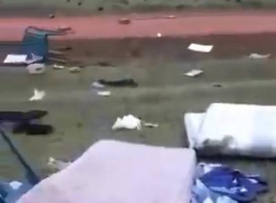 HOY / VIDEO| 'Vuelan' documentos y muebles: esposa de jefe de la subcomisaría ataca por celos