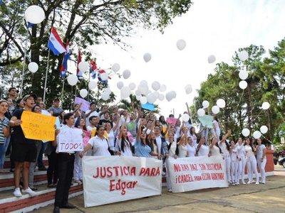 Villarrica: Lanzan globos exigiendo justicia tras muerte de universitario