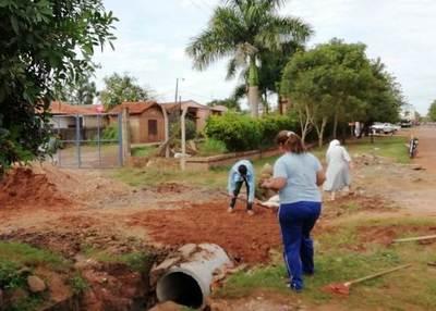 Directora, docentes y alumnos de una escuela reparan calle ante inacción municipal