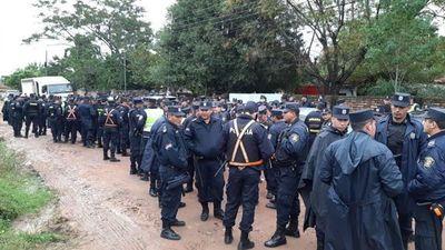 Policías prestos para desalojo de 50 familias