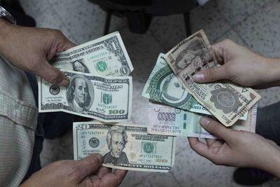 El guaraní se deprecia menos que el peso y el real