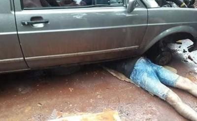Mecánico muere aplastado al caerle un vehículo encima